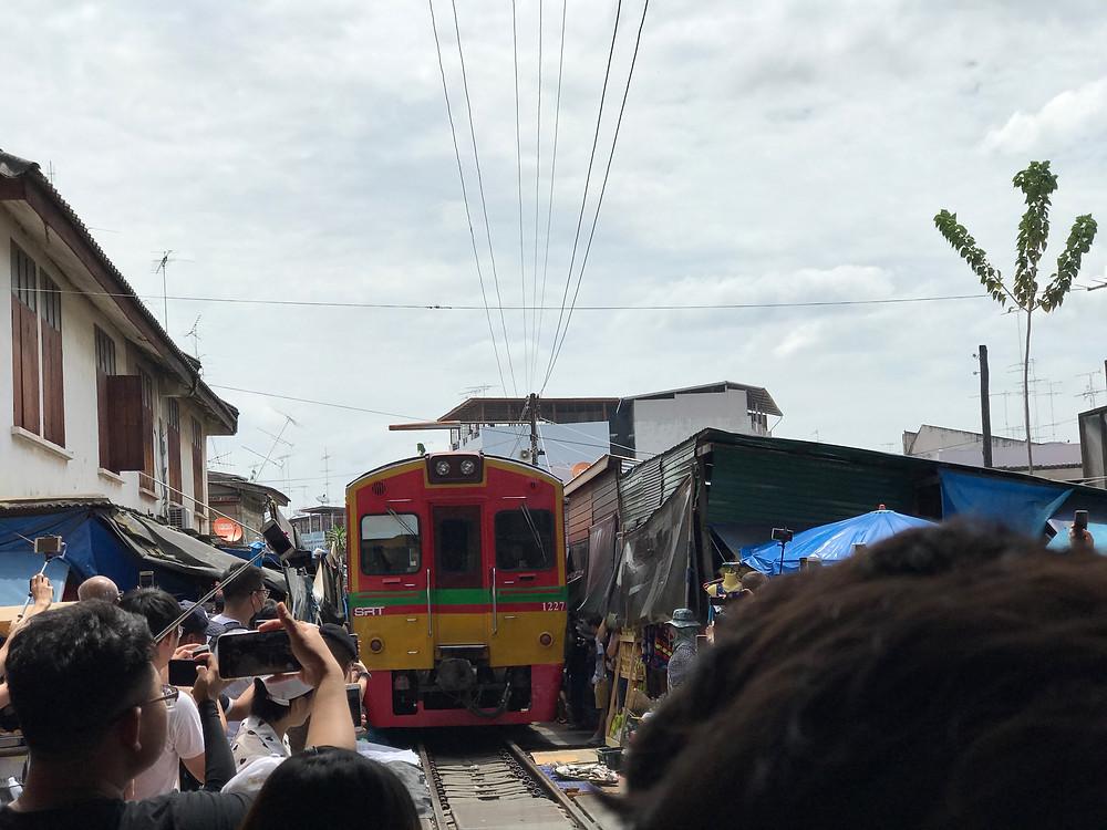 メークローン市場 (Bangkok Train Market/Talat Maeklong)