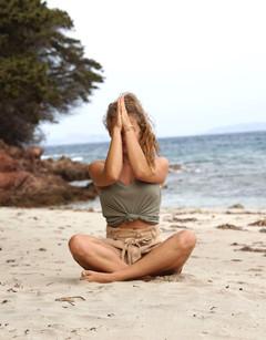 Cora_Sommer_Yoga_Strand_Meditation_Namas