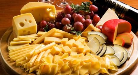 tabla de quesos y frutas