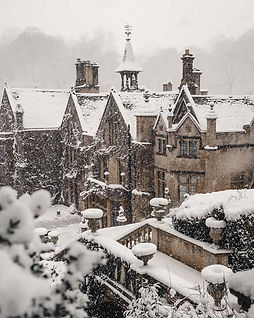 english-countryside-winter-cotswolds-castle-combe-manor-in-snow-snowmaggedon-england-katya