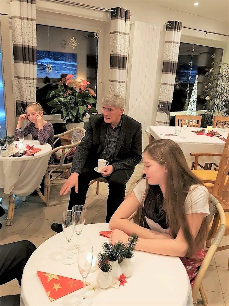 Siegfried Niebius (Mitte) mit Kindern ehrenamtlicher Mitarbeiter. Genehmigte Veröffentlichung.