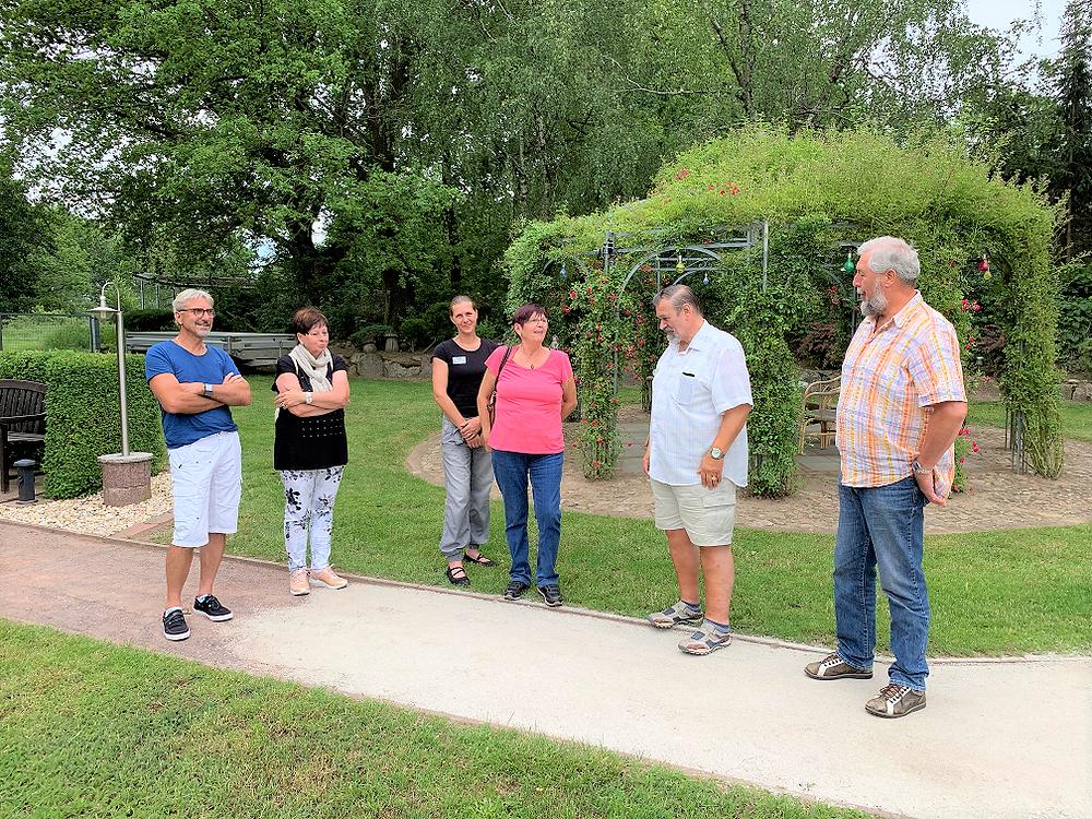 16.06.2019: Frau Susan Pamin führt interessierte Gäste durch den Kleinpark auf dem MartinsHof in Kümmernitztal.