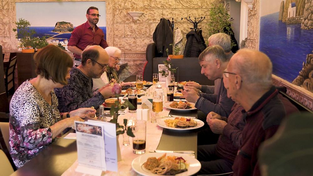 23.10.2019 12:00 Uhr: Zum Abschluss der Filmdokumentation über den MartinsHof in Kümmernitztal ein gemeinsames Mittagessen im Restaurant Thessaloniki in Pritzwalk. Ceremony Films.