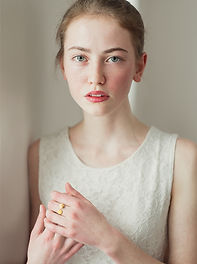 Portret van een jong meisje met sproeten
