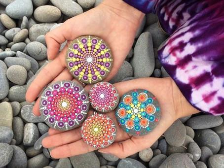 Artistas cria fantásticas mandalas em pedras