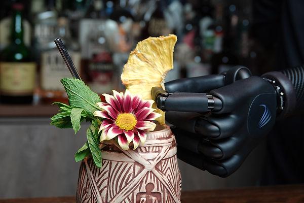 Cocktail mixen mit Handprothese