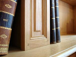 détail d'une bibliothèque en chêne