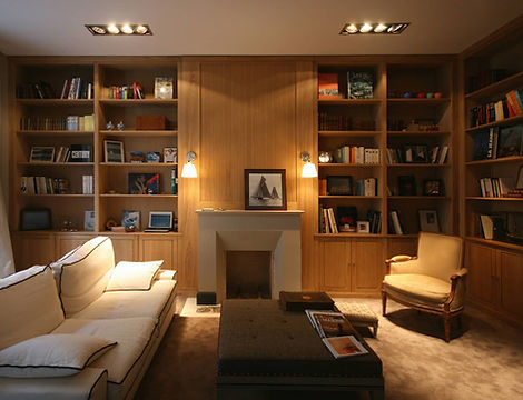 Bibliothèque en bois massif, meuble au design contemporain intégré à la pièce