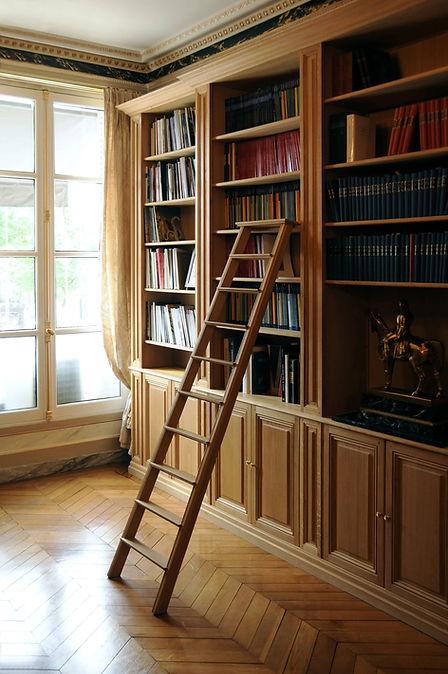 Grande bibliothèque avec avancée centrale dans un appartement haussmannien