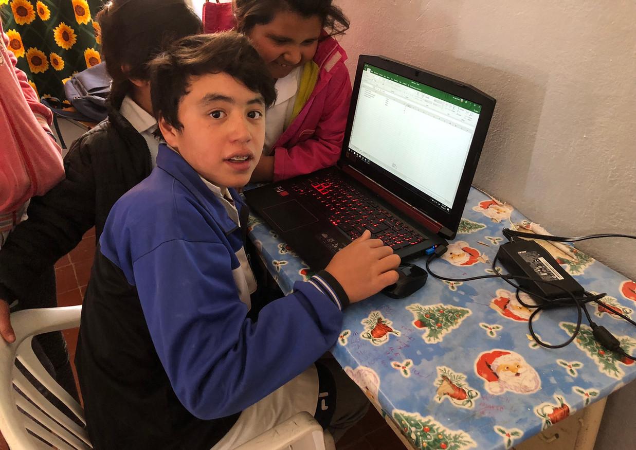 Alumnos de escuela  rural de Iglesia aprendiendo a utilizar Excel