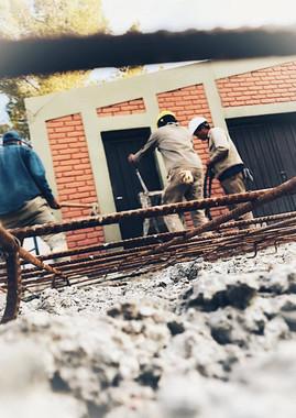 Personal de ALADE Construcciones construyendo depósito de alimentos en escuel rural