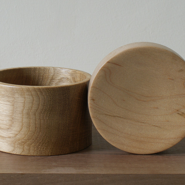 This Oak box has a lovely maple lid with some really nice grain detail.
