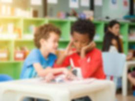 fila-estudiantes-elementales-multietnico