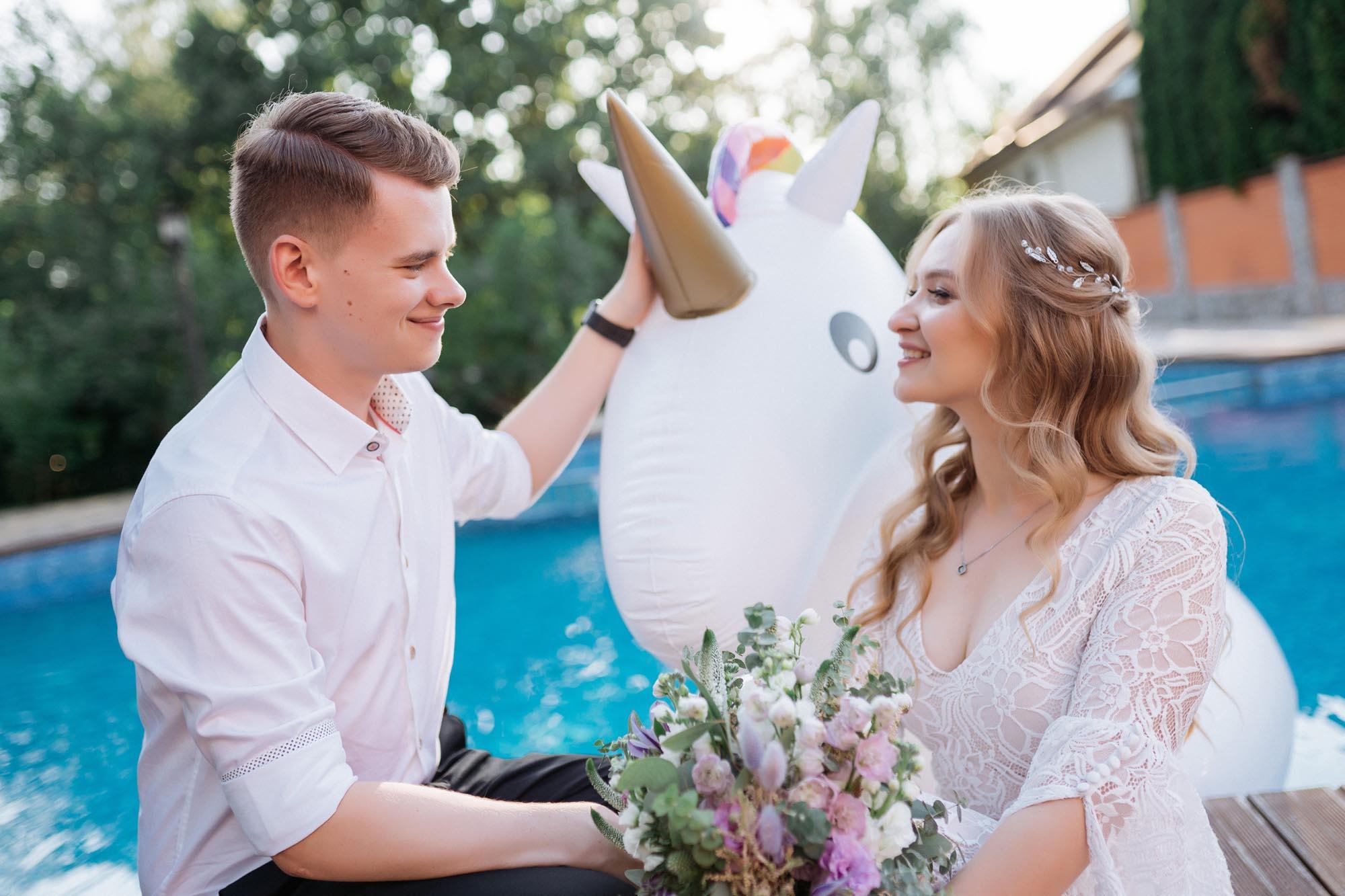 надувной единорог свадьба бассейн