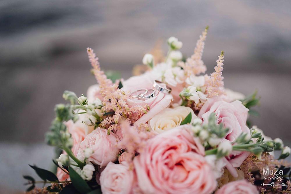 красивый стильный букет невесты из роз и розового девида остина, свадебные кольца