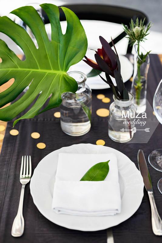 Свадебные детали на тропической свадьбе от MuZa-wedding: листья монстера, фикус, конфетти, сервировка