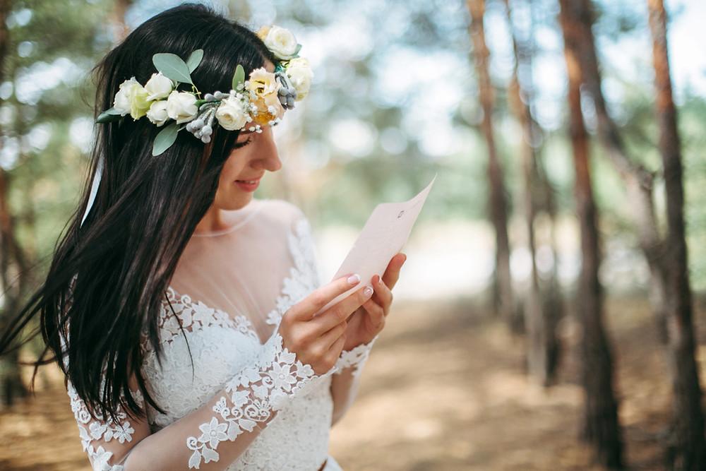 Невеста Виктория читает письмо любви от жениха Олега утром в день свадьбы, координация свадьбы - свадебное агентство MuZa-wedding