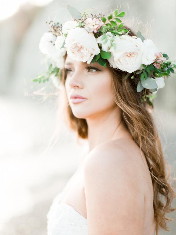 свадебный венок из живых цветов. Этот свадебный аксессуар подходит практически всем невестам. Видимо, поэтому его популярность держится уже несколько сезонов.