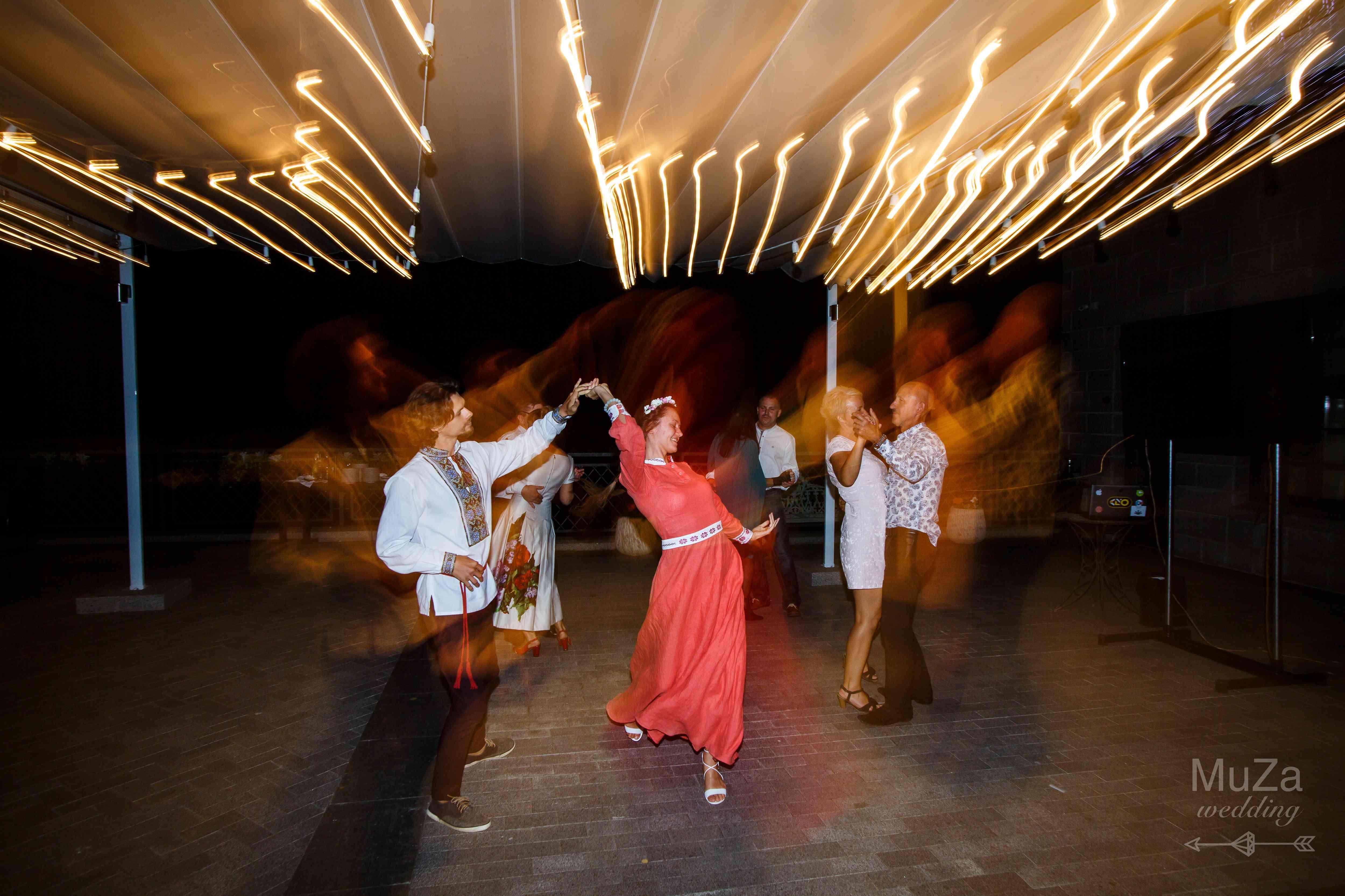 танцы, гости, свадьба, лампочки