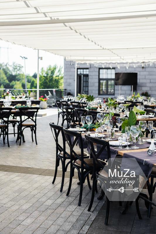 Красивая изысканная свадьбы в тропическом стиле в загородном комплексе Гфвоздов: листья монстера, фикус, протея, ананас, свадебные детали от MuZa-wedding