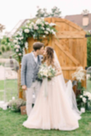 MUZA-wedding (муза-вединг), свадебное платье Esty Style, организация свадьбы,свадьба, церемония, ворота, двери, файн-арт фото, поцелуй молодоженов, свадебное агентство в Киеве, как выбрать свадебное агентство, Украина, лучший свадебный организатор