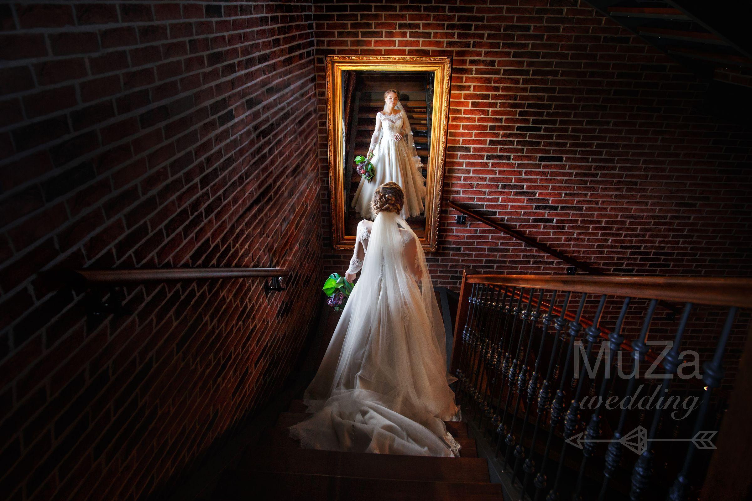 фото невевсты в зеркале на лестнице