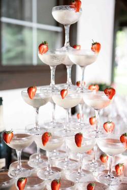пирами шампанского с клубникой