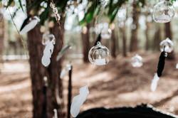 перья и стеклянные шарики в декоре