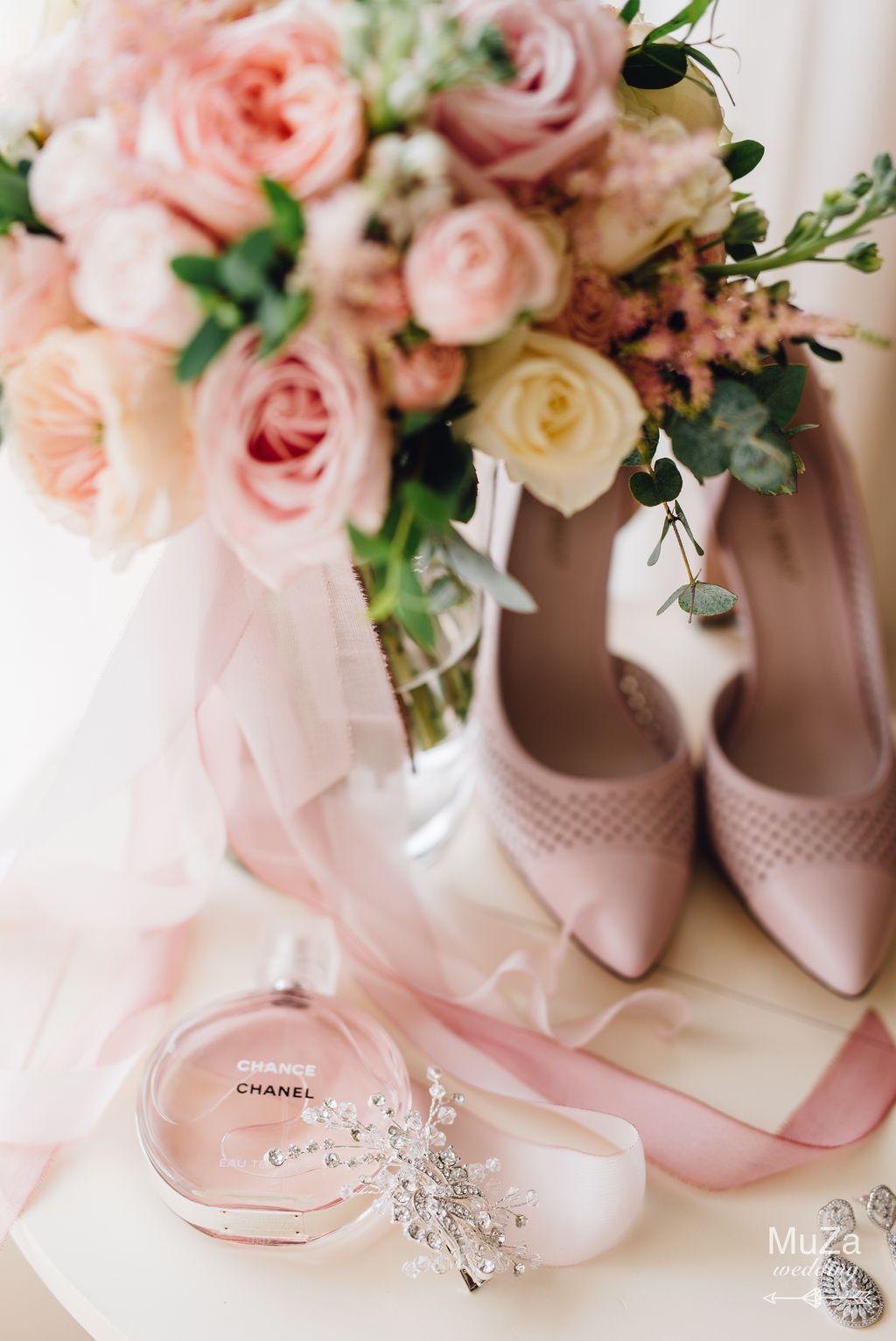 букет невесты, свадебные туфли, утро
