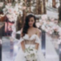 Стильная свадьба в Киеве,оргнизация вадьбы - свадебное агентство MUZA-wedding (Муза-вединг), церемония с зеркальными колоннами, нежный образ невесты, свадебное платье Milanova (Миланова), букет невесты аккуратный с фрезией, свадьба в ресторане Фабиус
