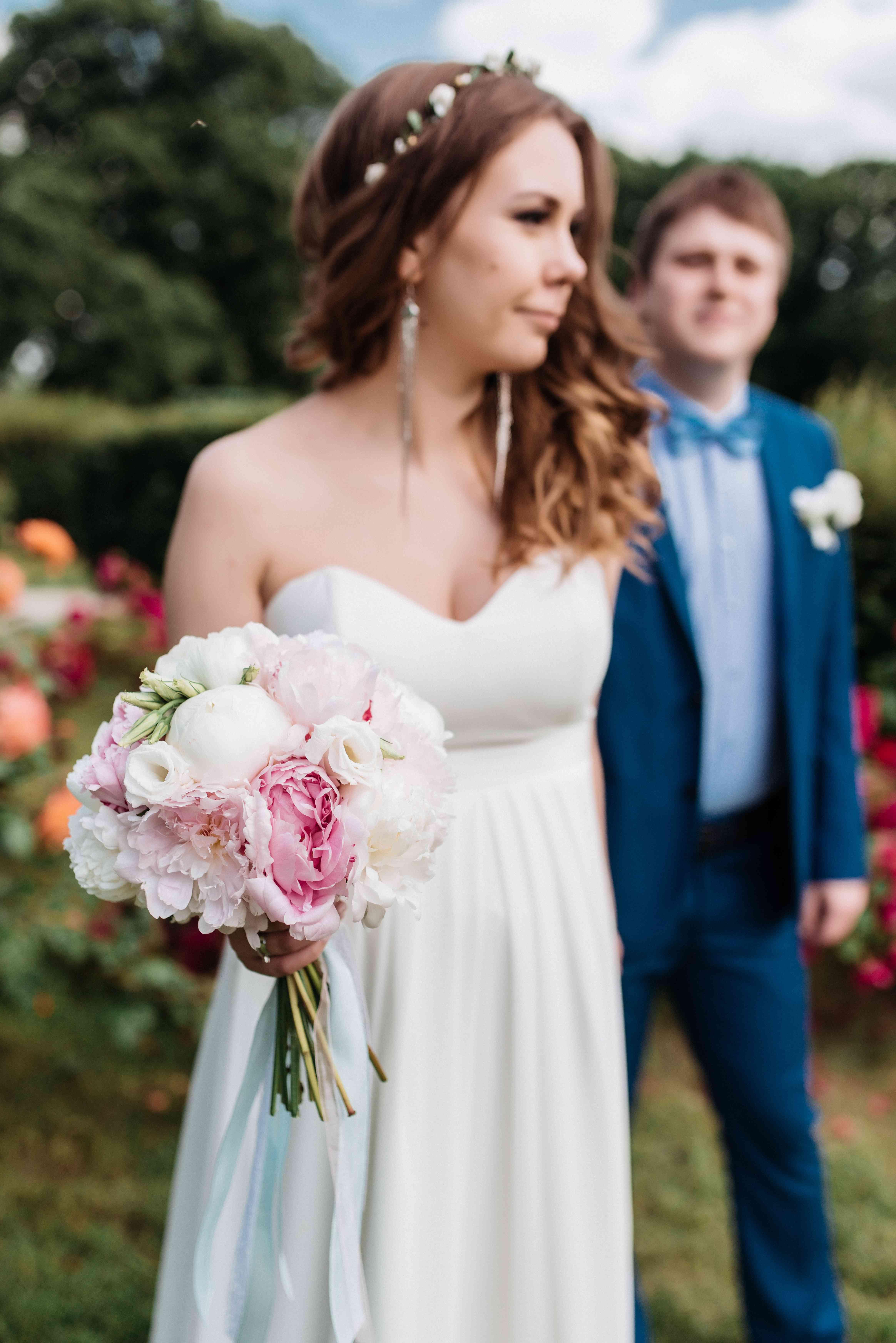 невеста, жених, букет невесты, пионы