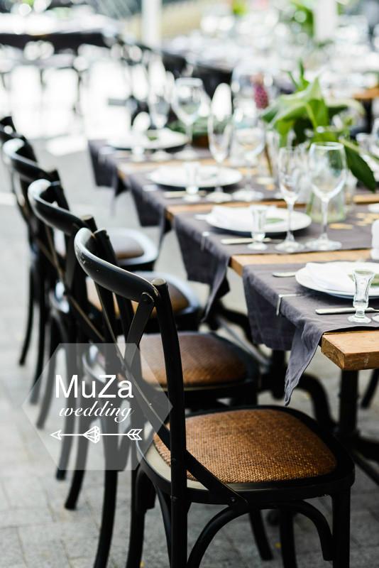 свадебный декор гостевых столов на свадьбе в стиле тропики, необычная ассиметричная расстановка столов, свадебное агентство в Киеве MuZa-wedding, тропическая свадьба