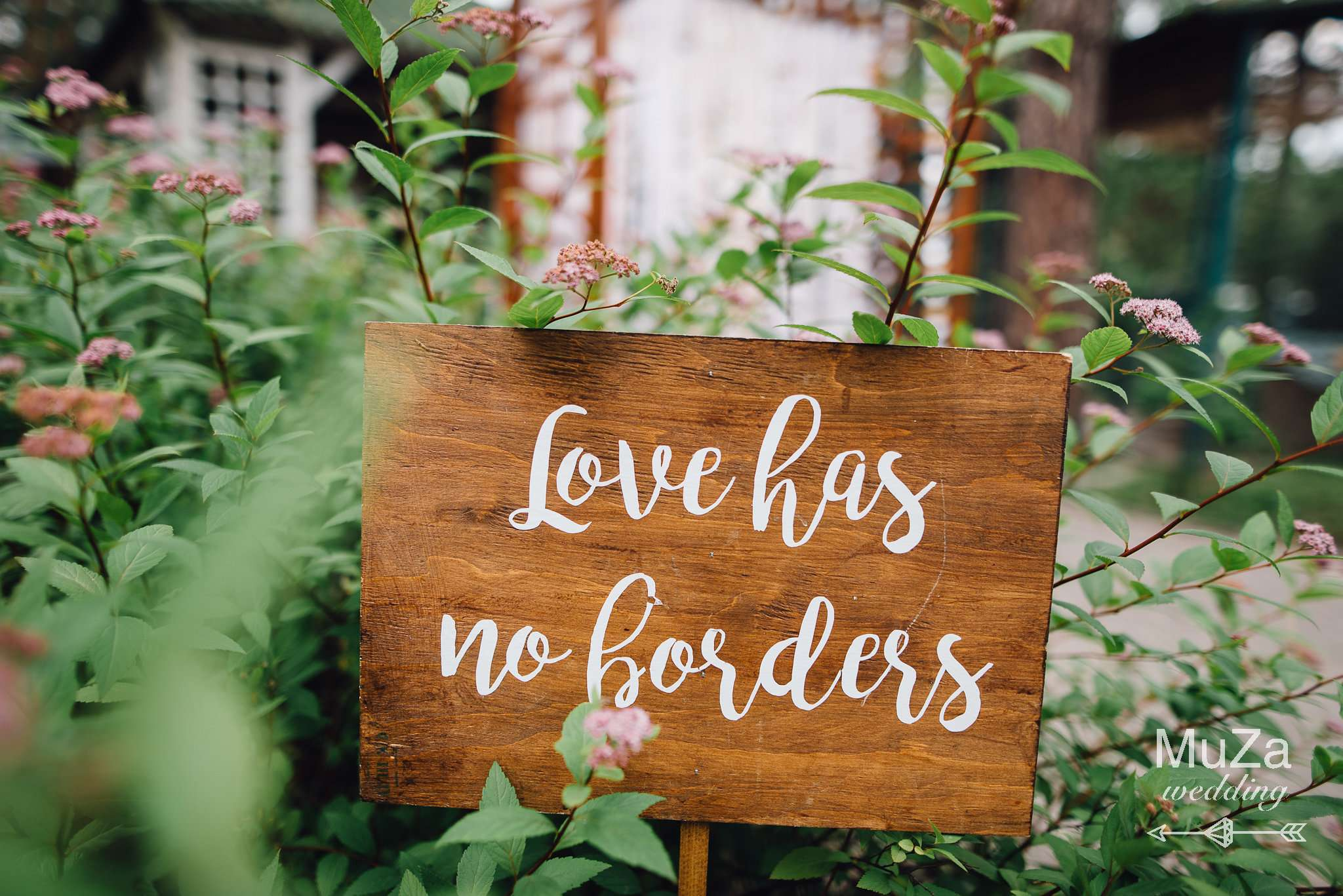 "табличка ""love has no borders"""