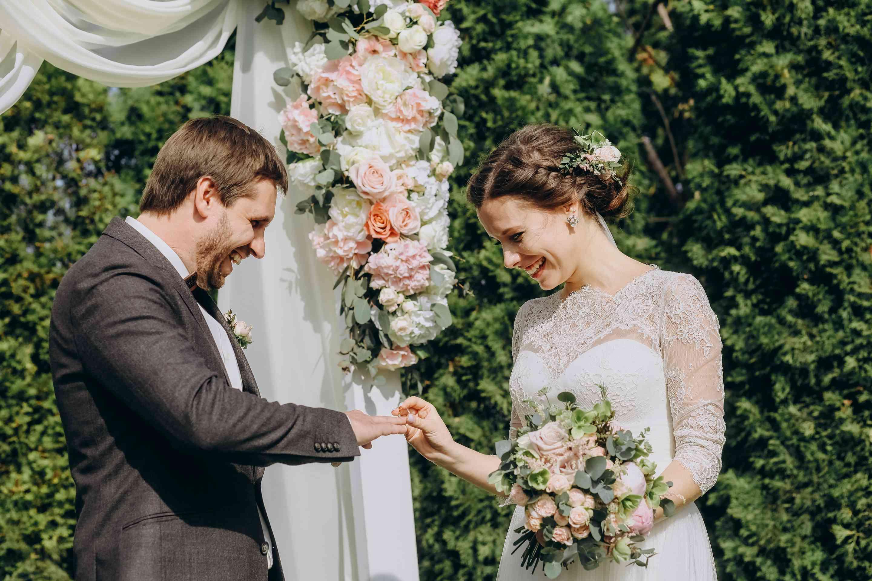 обмен кольцами на свадьбе