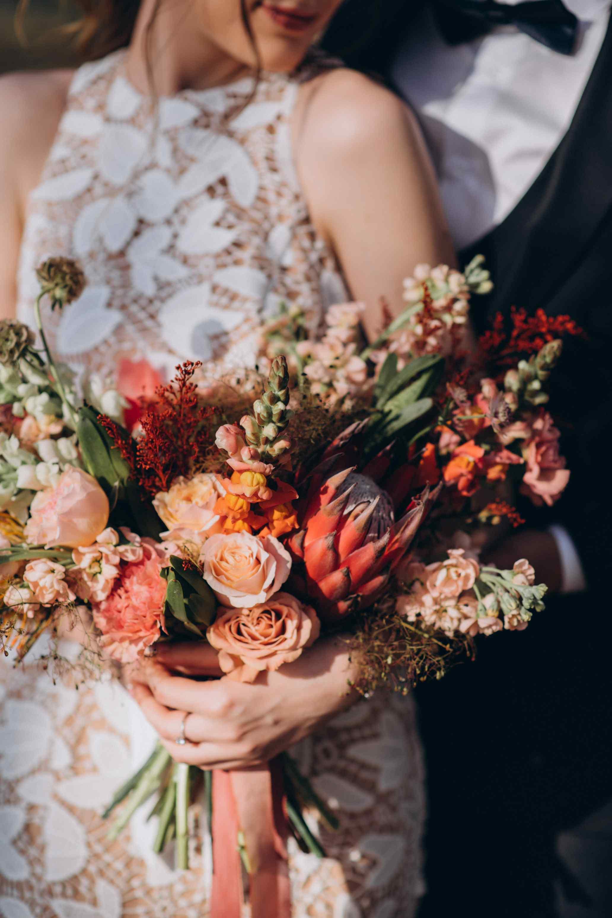 букет невесты бохо охра бордовый
