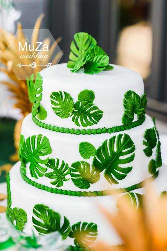 Свадебный трехъярусный торт от Baby-bar на свадьбе в тропическом стиле: белая мастика, зеленые листья монстеры из мастики, тропики