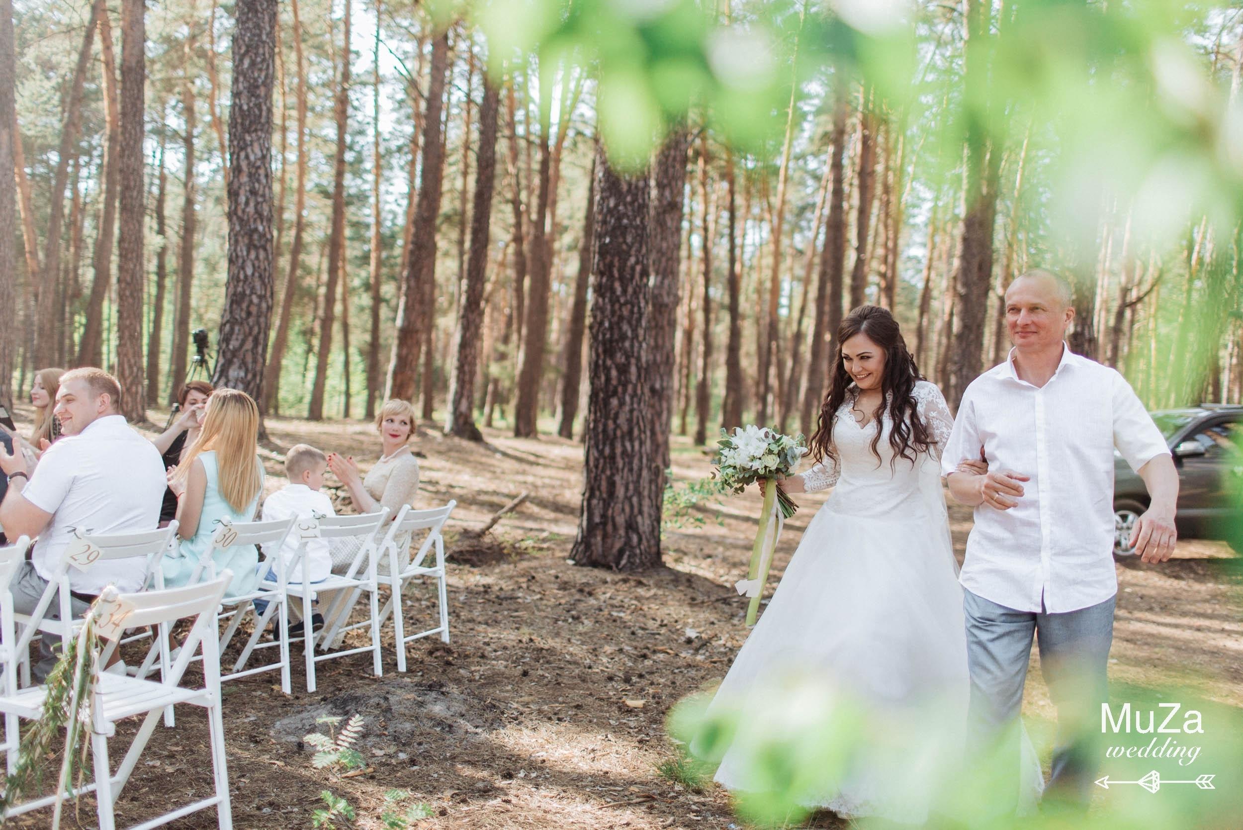 выход невесты с папой на церемонии