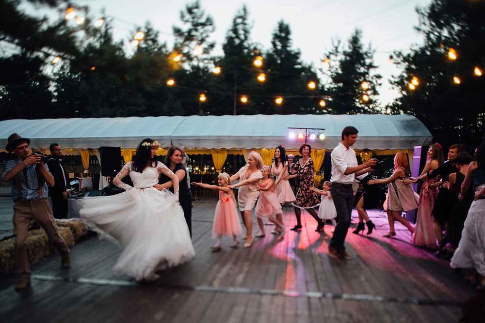 Как же перестраховать себя от капризов погоды при организации свадьбы? как выбрать идеальную летнюю площадку? как выбрать идеальный загородный ресторан для свадьбы? свадьба в шатре, свадьба на террасе, свадьба в лесу, свадьба на понтоне, свадьба на берегу