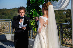 обмен клятвами на свадьбе молодожены