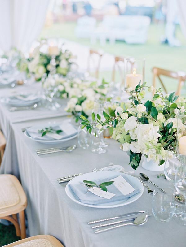 Источник: http://www.stylemepretty.com/  При всем многообразии цветов и текстур, лен более утонченный и безусловно более оригинальный вариант для использования в декоре свадьбы (сервировке стола), чем мешковина