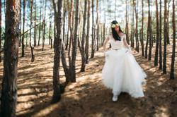 невеста в венке в лесу