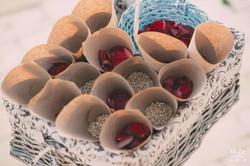 конверты с пшеницей и лепестками роз