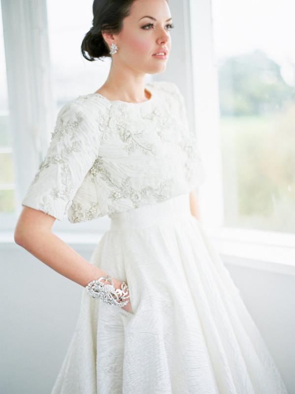 Свадебные платья со съемными элементами позволят вам иметь два разных образа по цене одного. Съемные юбки, шикарные болеро, съемные бретели - все это потрясающе!