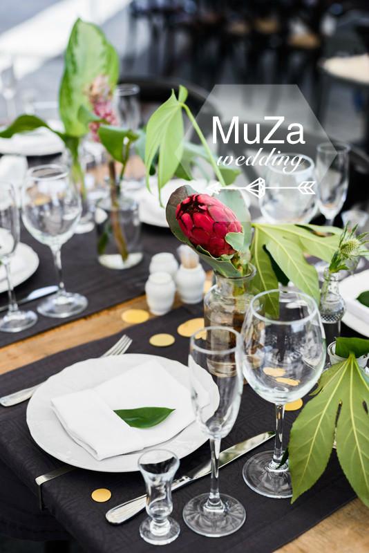 оригинальная свадебная флористика, в оформлении использованы только тропические растения: монстера, фикус, протея, ананас, а также элегантные стеклянные баночки и золотистое конфетти. Организация и координация свадьбы - свадебное агентство MuZa-wedding