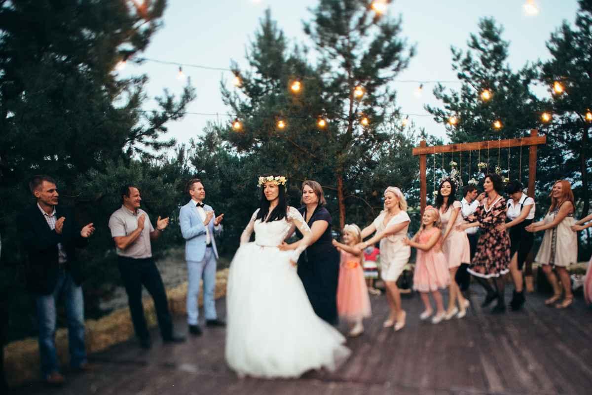 танцы на свадьбе под открытым небом