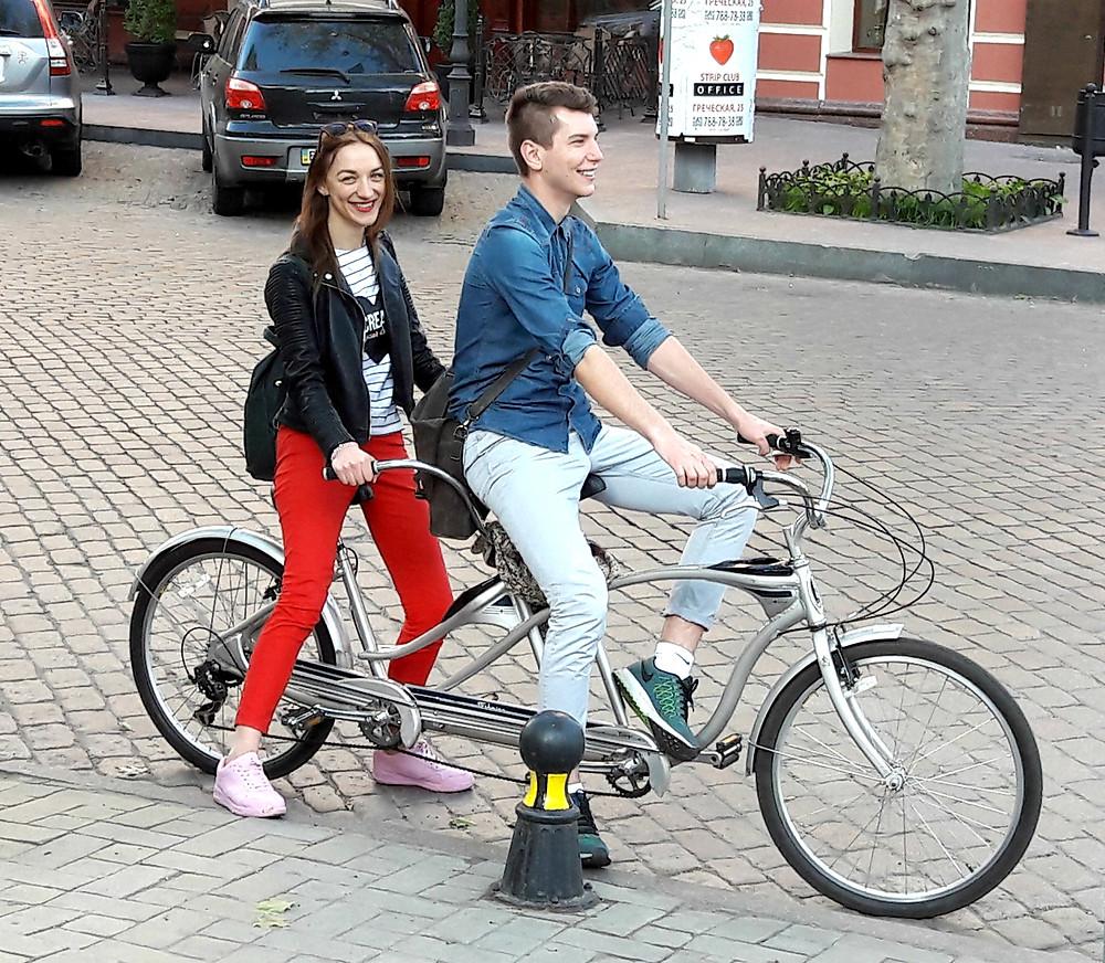 веселые ребята на прикольном велосипеде - предвестники волшебства
