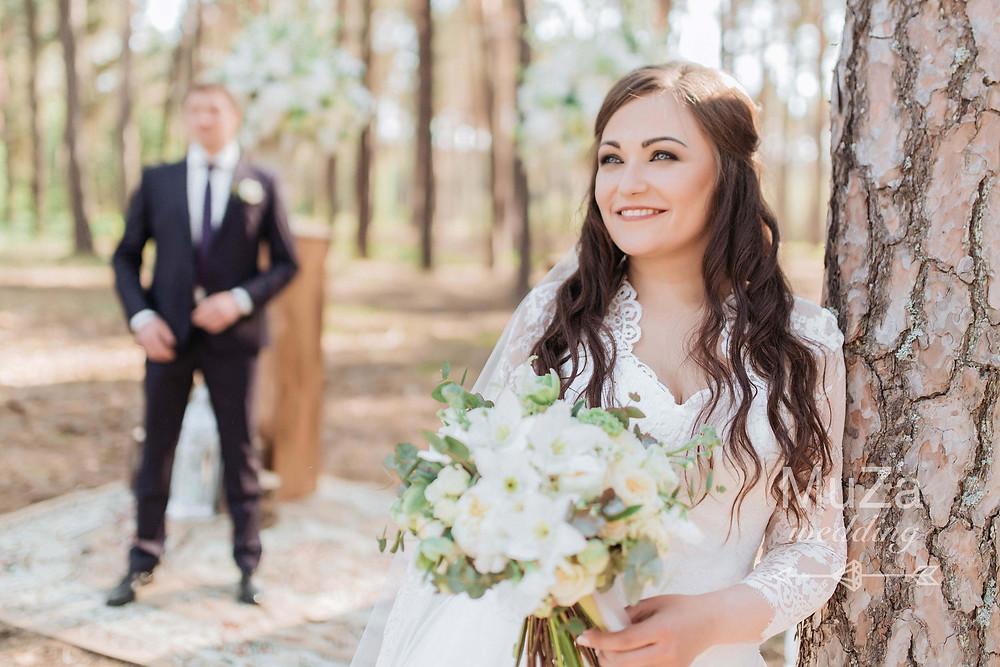 Красивая невеста, красивая пара, свадьба Евгения и Евгении, лесная свадьба, лесная свадебная церемония, свадебный букет невесты