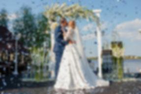 Прекрасная невеста Анна и жених Сергей, организация свадьбы - свадебное агентство в Киеве MuZa-wedding. Букет из белых пионов. Платье от Светлвны Литвин ESTY STYL