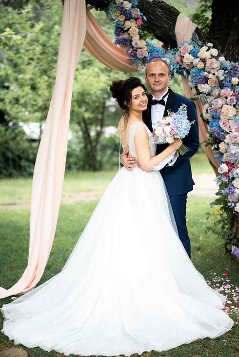 Свадьба в формате вечеринки, свадебная церемони возде дерева (старого дуба) в ресторане Подкова (PODKOVA), голубая розовая пудровая свадьба, необычное платье невесты с открытой спиной, муза вединг (свадебное агентство)
