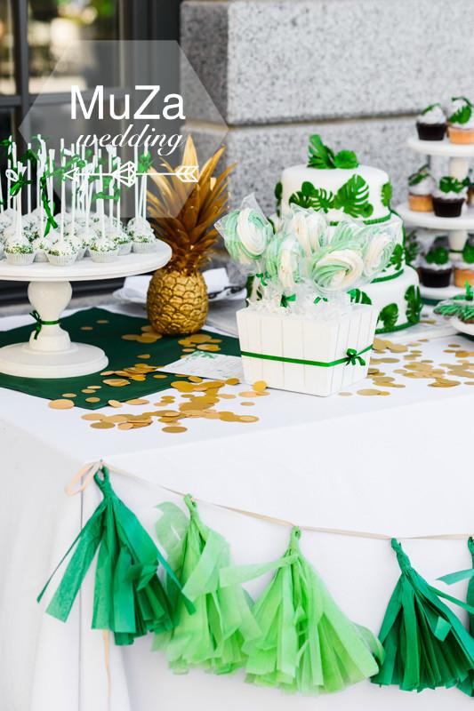 Свадебный кенди-бар (candy bar) в стиле tropical: белый свадебный торт с листьями мостера, кейк-попсы, безе на палочке, какп-кейки, золотой ананас, золотистое конфетти, гирлянда из бумаги тишью на свадьбе от MuZa-wedding